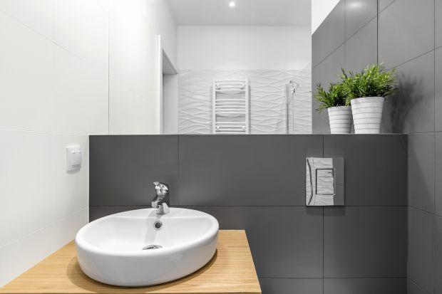 Łazienka jest miejscem, w którym rozpoczynamy i kończymy swój dzień, dlatego warto w jej wnętrzu zadbać o poprawiającą nastrój atmosferę. Jeśli ta część naszego domu wymaga odświeżenia, a my nie możemy sobie pozwolić na kosztowny i czas