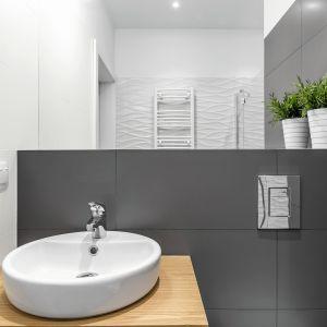 Przed rozpoczęciem malowania łazienki należy zadbać o odpowiednie oczyszczenie wszystkich powierzchni, nad którymi będziemy pracować. Fot. Tikkurila Optiva Semi Matt 20 kolory 1955 i 1950