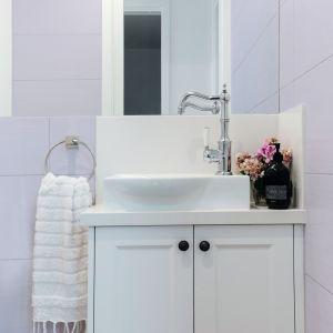 Ostatnim etapem łazienkowej metamorfozy jest malowanie płytek. Możemy je pokryć farbą do ścian i sufitów lub emalią. Fot. Tikkurila Optiva Semi Matt 20 kolor H426