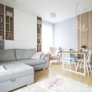 Jasny salon w szarościach, bieli i naturalnym drewnie. Projekt Katarzyna Czechowicz, pracownia design me too. Fot. Katarzyna Czechowicz