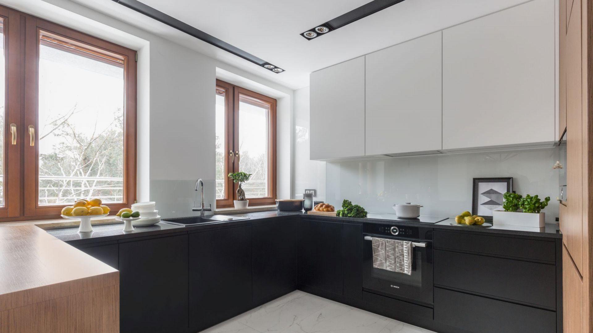 Białe szkło nad kuchennym blatem to najlepsze rozwiązanie do minimalistycznej, czarno-białej kuchni. Projekt Decoroom. Zdjęcia i stylizacja Marta Behling  Pion Poziom Fotografia Wnętrz