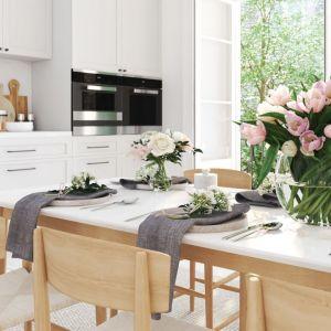 W białej kuchni w stylu klasycznym lub skandynawskim białe szkło nad kuchennym blatem to także dobry wybór.  Fot. RuckZuck