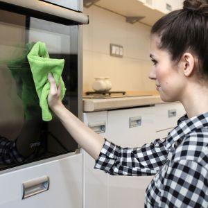 Kuchenne blaty przetrzyj miękką ściereczką z mikorfibry, np. Microfibra Ultra Fresh marki Vileda