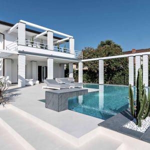 Wykorzystane przy basenie płyty wielkoformatowe odbijają naturalne promienie słoneczne, tworząc trójwymiarowe efekty odwzorowujące efekt utleniającego się metalu. Fot. Laminam Forte dei Marmi Villa Due