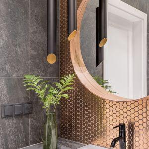 Eleganckie lampy w strefie umywalki zbudują klimat łazienki. Fot. Pion Poziom