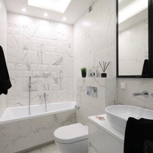 Marmur to must have modnie urządzonej łazienki. Projekt Katarzyna Mikulska-Sękalska. Fot. Bartosz Jarosz