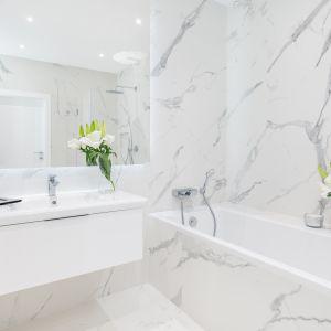 Marmurowe płytki sprawdzą się w każdej łazience. Projekt Decoroom. Fot. Pion Poziom