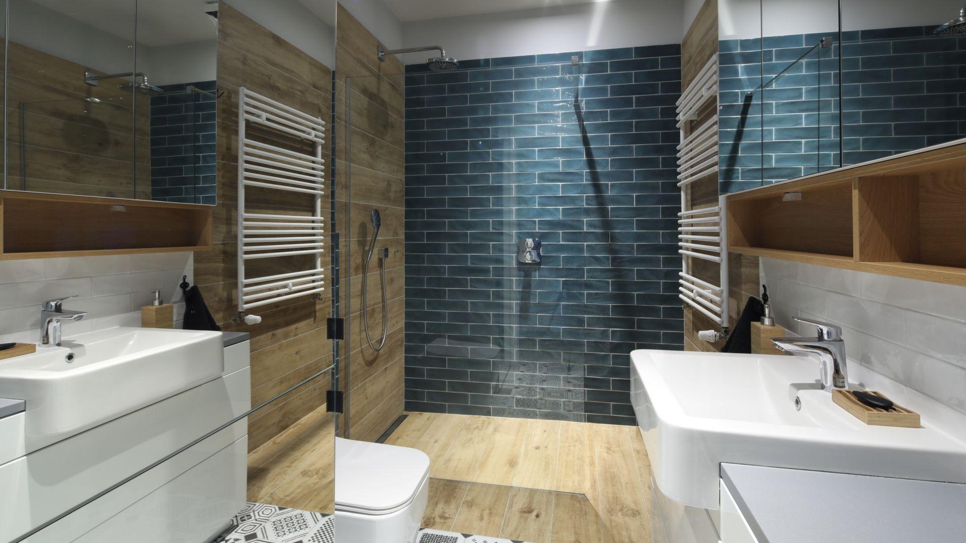 Dekoracyjne kafle w strefie prysznica robią wygląd całej łazienki. Projekt Maciejka Peszyńska-Drews. Fot. Bartosz Jarosz