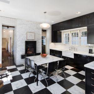 Wkrótce po tym, jak kupili dom w 2001 roku, superpara rozpoczęła trzyletni remont, zastępując podłogę w kuchni podgrzewanym marmurem. Zdjęcia: Tyler Hogan
