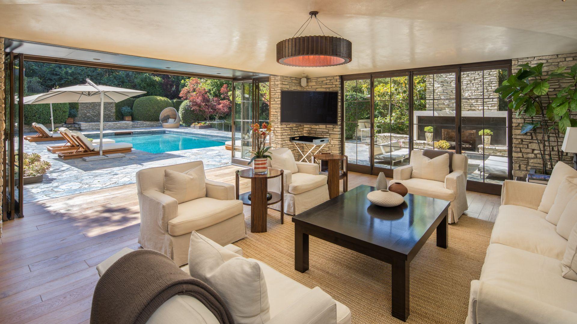 Salon na dolnym poziomie i sala barowo-ekranowa wychodzą na taras przy basenie. Zdjęcia: Tyler Hogan