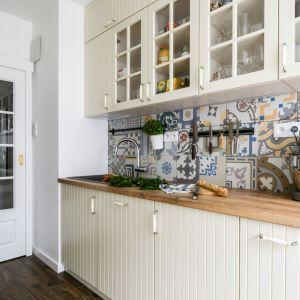 Na ścianę nad blatem wybrano modne patchworkowe wzory. Projekt Deer Design