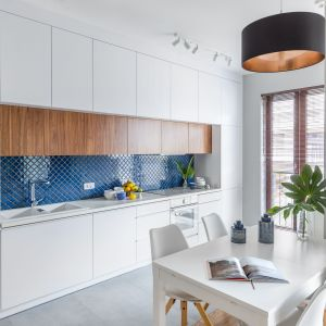 Głęboki morski kolor mozaiki ożywi całą kuchnię. Projekt Monika Pniewska. Fot. Pion Poziom