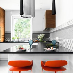 Szare płytki z ażurowym wzorem dodają kuchni elegancji. Projekt MM Architekci. Fot. Jeremiasz Nowak