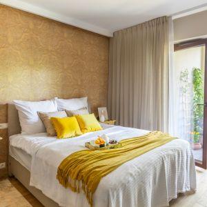 Kolorowa tapeta za łóżkiem buduje słoneczny klimat rodem z Toskanii. Projekt Dorota Kudła. Fot. Pion Poziom