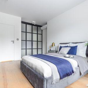 Białe ściany optycznie powiększają przestrzeń. Projekt Decoroom. Fot. Pion Poziom