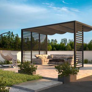 Najlepszym rozwiązaniem do pergoli będą wygodne kanapy, fotele i mały stolik, przy którym można wypić poranną kawę. Fot. Cube Garden
