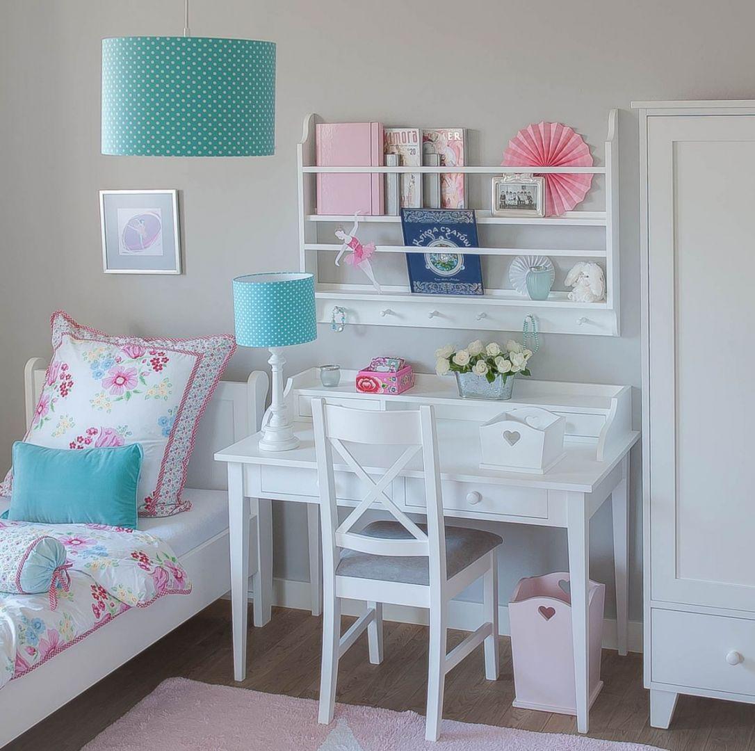 Klasyczne białe drewniane biurko - propozycja dla dziewczynki. Fot. Nizio Interiors
