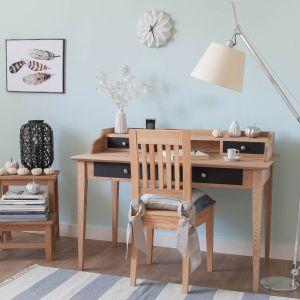 Stylowe biurko w modnym odcieniu naturalnego drewna. Fot. Nizio Interiors