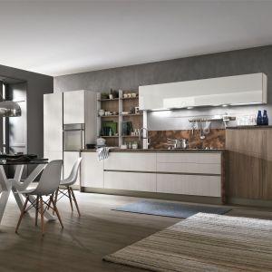 Białą zabudowę kuchenną uzupełniają drewniane detale. Fot. Stosa Cucine