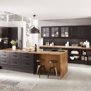 Drewno dodaje pazura czarnej kuchni w klasycznym stylu. Fot. Verle Kuchen