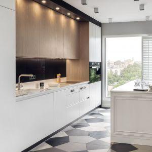 Kuchnia łączy drewno z bielą. Fot. Zajc