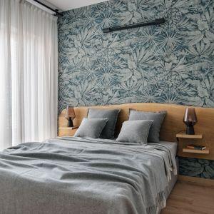 W tej sypialni zwraca uwagę łóżko z funkcjonalnych drewnianym zagłówkiem i bardzo dekoracyjan tapeta. Projekt Monika Wierzba-Krygiel. Fot. Hania Połczyńska