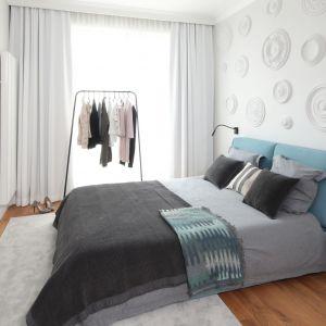 W tej jasnej sypialni gwiazda jest ciekawa sztukateria na ścianie za łóżkiem. Projekt Katarzyna Mikulska-Sękalska. Fot. Bartosz Jarosz