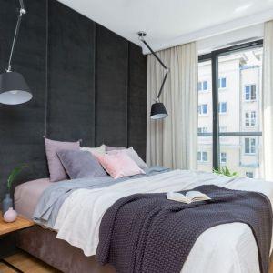 Sypialnia z jedną ścianą tapicerowaną aż do sufiru i powiększającą optycznie przestrzeń lustrzaną zabudową. Projekt Decoroom. Fot. Marta Behling PionPoziom