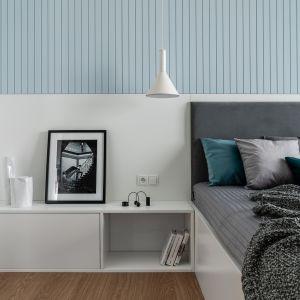 W tej sypialni na ścianie za łóżkiem znalazła się okładzina z ryflowanych drewnianych paneli. Projekt Anna Maria Sokołowska. Zdjęcia Katarzyna Seliga-Wróblewska, Marcin Wróblewski Fotomohito