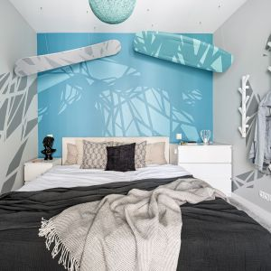 Bardzo nowoczesna sypialnia w odcieniach niebieskich i szarościach. Projekt Zuzanna Kuc, ZU projektuje. Zdjęcia Łukasz Zandecki