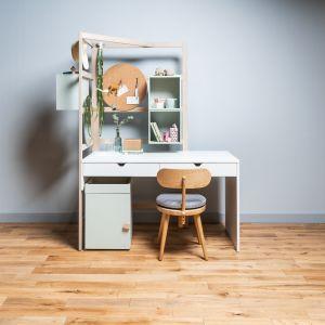 Biurko Stige wyposażone jest albo w specjalną drabinkę, albo w małe uchwyty.