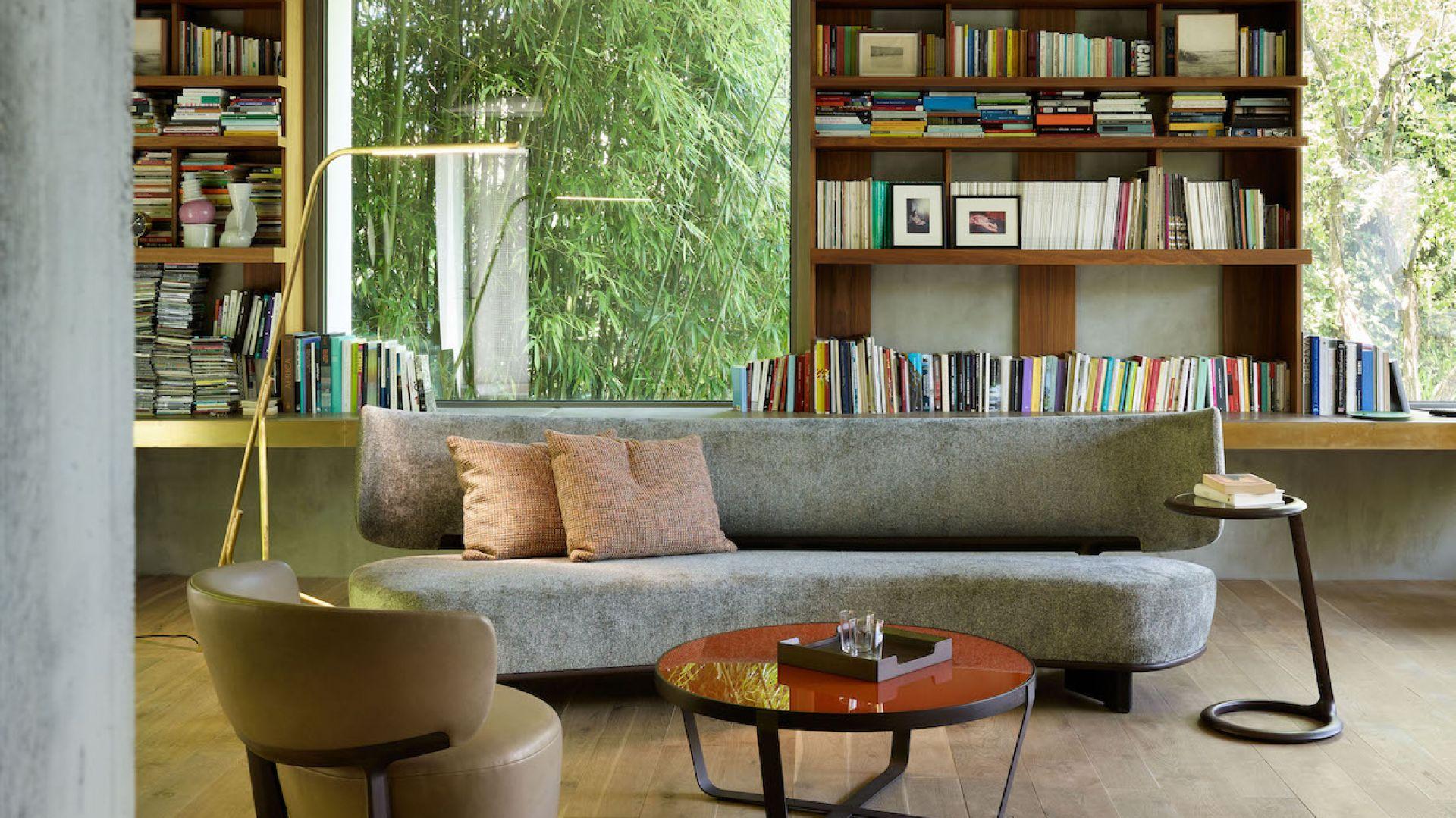 Sofa tapicerowana jest tkaniną lub skórą i występuje w dwóch rozmiarach oraz w wersji z asymetrycznym siedziskiem. Fot. Mood-Design