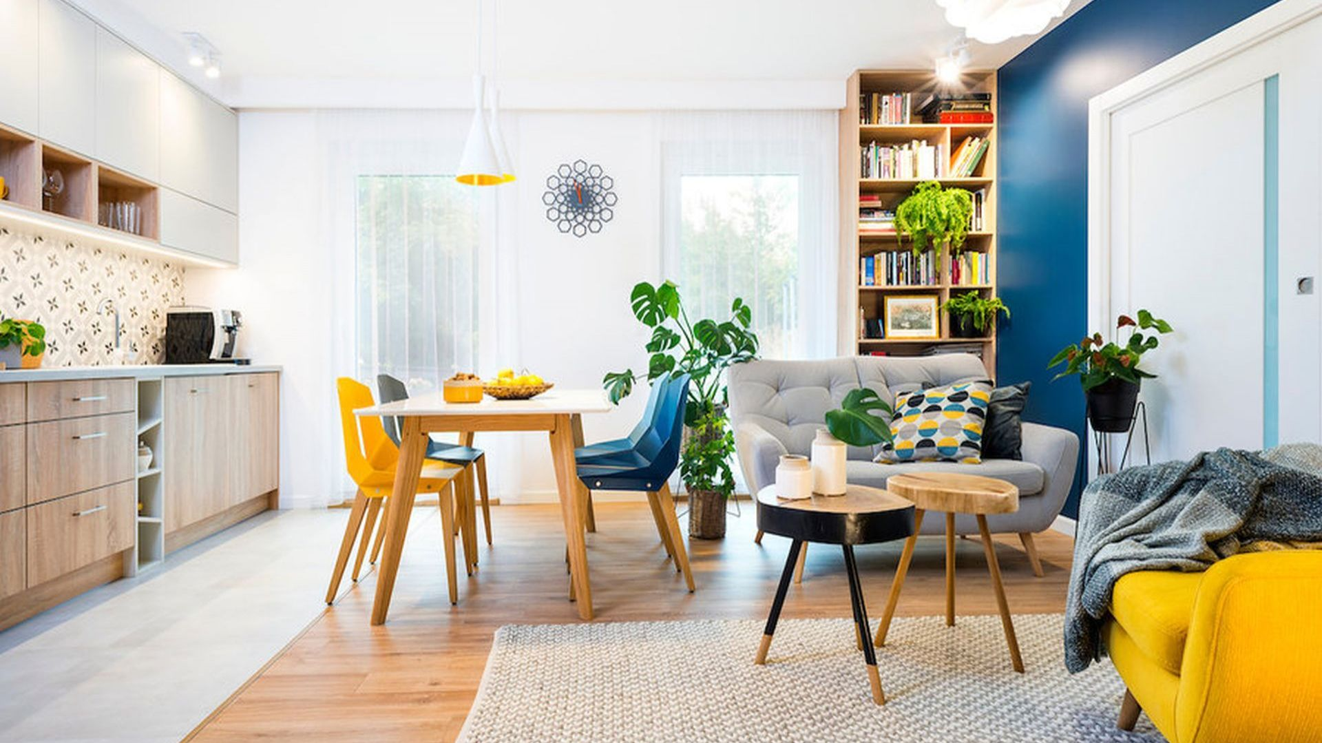 Piękny jasny salon połączony z aneksem kuchennym i małą jadalnią, urządzony w świeżych kolorach i drewnie. Projekt wnętrza: Krystyna Dziewanowska, Red Cube Design. Zdjęcia Mateusz Torbus 7TH Idea