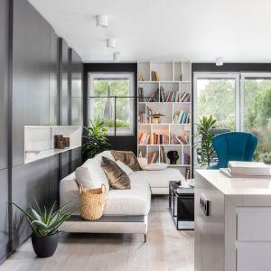 W tym apartamencie z widokiem na park jest jasno i przestronnie dzięki dużym oknom oraz stylowym i pięknie dobranym meblom. Projekt Mikołajska Studio