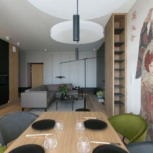 Otwarta przestrzeń w mieszkaniu inspirowanym Japonią. Projekt wnętrz MIKOŁAJSKAstudio. Zdjęcia Jakub Dziedzic (Wnętrza Kraków)