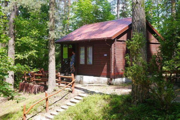 Mazury, polskie góry i Bałtyk to w tym roku popularne kierunki wakacyjne. Turyści gremialnie szukają zacisznych miejsc, by czuć się bezpiecznie i przyjemnie. Wielu z nich wybiera domki letniskowe. Po zakończeniu sezonu warto wprowadzić do nich kil