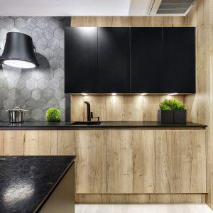 Niezależnie od wybranej tonacji - dekory drewna to zawsze najlepszy sposób na wykreowanie wnętrza, które będzie nie tylko ponadczasowe, ale naturalne i pełne ciepła. Projekt Meble Vigo. Fot. Artur Krupa