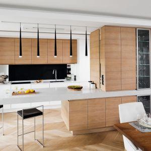 W aranżacjach kuchennych niezmiennie dominują dekory drewna. Subtelny urok, dyskretne piękno i ponadczasowość sprawiają, że chętniej wybieramy te w jasnej, stonowanej kolorystyce. Projekt Tissu. Fot. Bartosz Jarosz