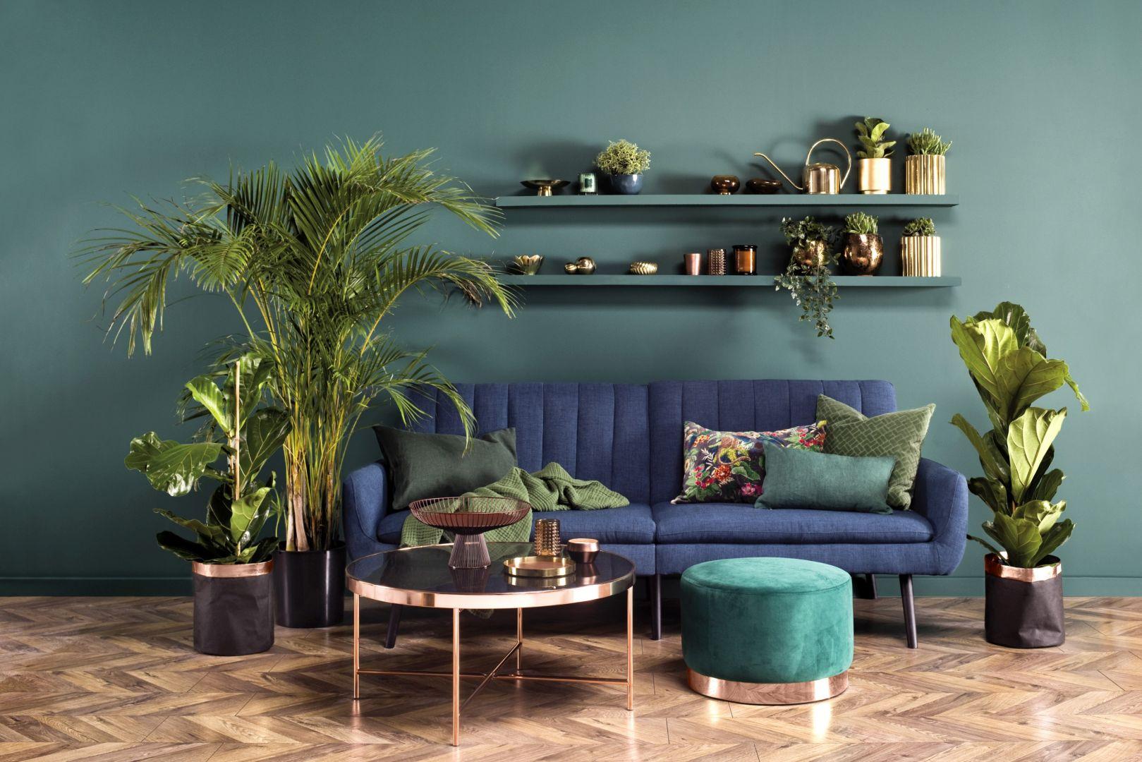 Ściany w nasyconym kolorze szmaragdu Secret Garden z linii Beckers Designer Collection wykreują w salonie atmosferę tajemniczości towarzyszącą dzikiej dżungli.