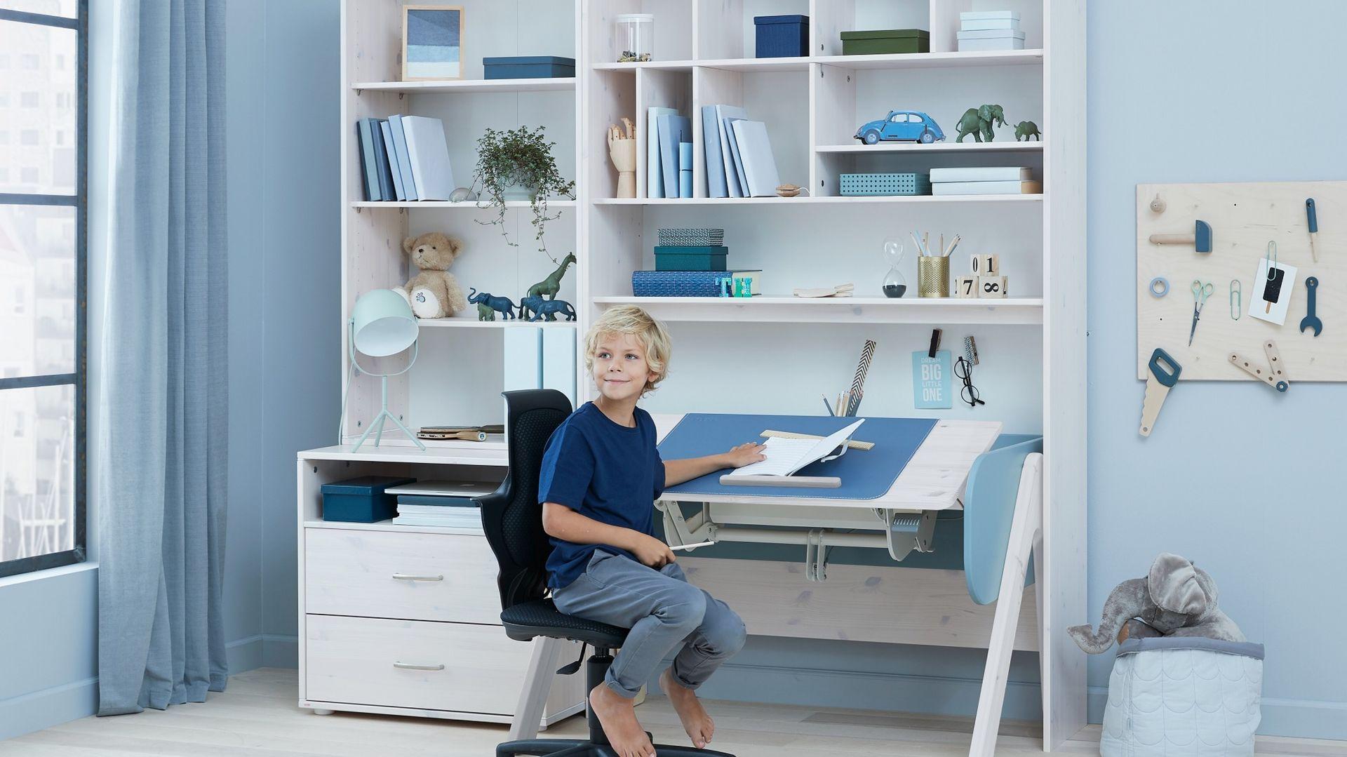 Podstawowa zasada mówi jednak o tym, aby nie mieszać tych dwóch funkcji ze sobą. Aranżując swoje własne domowe biuro, pokażmy dziecku, jak ważne jest wydzielenie miejsca do nauki od miejsca do zabawy . Fot. Felxa Bonami.pl