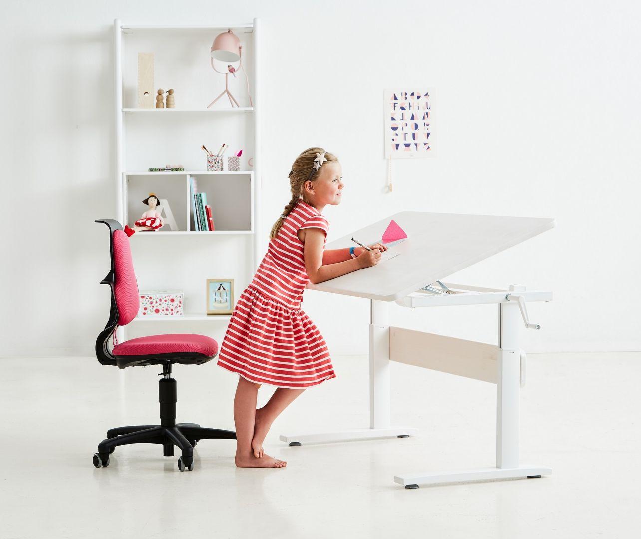 """W przypadku małych dzieci, warto postawić na takie meble, które """"rosną"""" wraz z nimi. Regulowana wysokość blatu czy siedziska to bardzo pożądane cechy dziecięcych mebli. Fot. Flexa Bonami."""