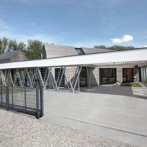 Stalowa konstrukcja nadaje budynkowi lekkości, jednocześnie zamykając budynek i tworząc charakterystyczną ażurową przegrodę