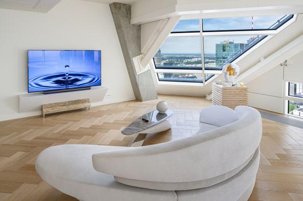 77-calowy został wybrany jako element wystroju luksusowego apartamentu w najwyższym mieszkalnym budynku w Unii Europejskiej, Złota 44. Telewizor okazał się idealnym dopełnieniem wnętrza, opartego na unikatowych rozwiązaniach, doskonałym wykończe
