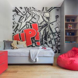 Jeżeli w pokoju Twojego dziecka jest dużo wolnej przestrzeni, możesz wykorzystać również wygodne worki do siedzenia czy pufy. Projekt Małgorzata Denst. Fot. Pion Poziom