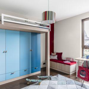 Biurko, krzesło, półki na książki i przybory szkolne oraz odpowiednie oświetlenie to nieodłączne elementy wyposażenia pokoju ucznia. Projekt Magma. Fot. Fotomohito
