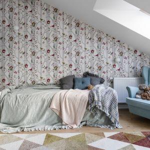 Nowe zasłony czy narzuta na łóżko mogą zdziałać cuda i sprawić, że pokój zyska na świeżości i lekkości. Taka mała zmiana z pewnością ucieszy Twoje dziecko. Projekt Magma. Fot. Fotomohito