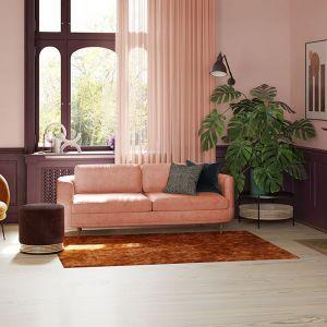 Pudrowy róż to kolor, który świetnie odnajdzie się w towarzystwie zieleni, zwłaszcza tej, której źródłem są rośliny we wnętrzach. Fot. Sofacompany.
