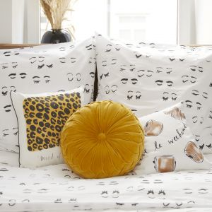 """Kera Till """"pomalowała"""" poduszki i pościel znanej marki wnętrzarskiej Westwing. Cena:  od 99,90 do 379,90 zł. Fot. Westwing"""