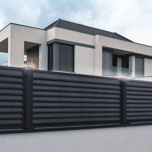 Ciekawym rozwiązaniem są metalowe ogrodzenia z blachy ułożonej w formie żaluzji, np. model Beryl marki Plast-Met Systemy Ogrodzeniowe. Fot. Plast-Met Systemy Ogrodzeniowe
