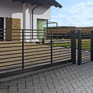 Wśród ogrodzeń ażurowych jest również mnóstwo wzorów, które pełnią nie tylko rolę użytkową, ale również dekoracyjną. Fot. Plast-Met Systemy Ogrodzeniowe, model Turkus